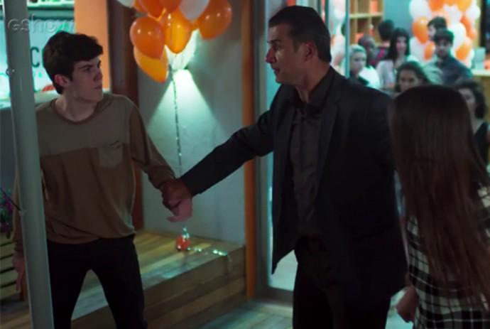 Ricardo tenta separar briga de Fábio e Manuela (Foto: TV Globo)