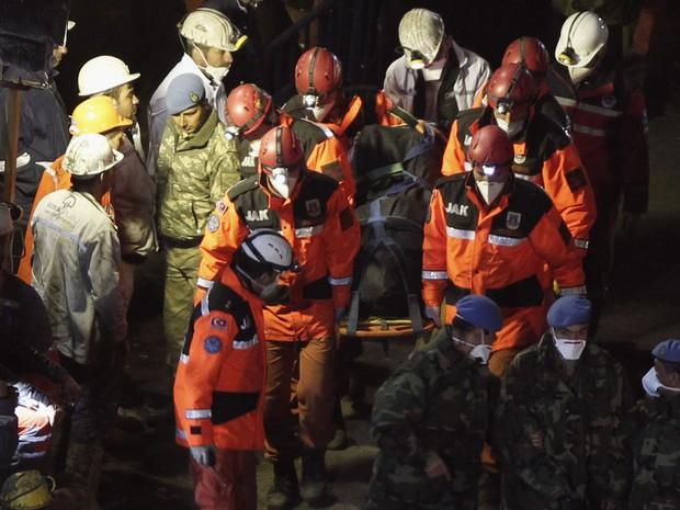 Equipe de resgate retira corpo de uma das vítimas do soterramento em mina na Turquia (Foto: Osman Orsal/Reuters)