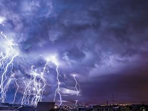 Sobreposição de fotos entre as 00:21h e 00:25h da madrugada do dia 05 mostra a chuva elétrica na cidade  (Foto: Divulgação/Rafael Coutinho)
