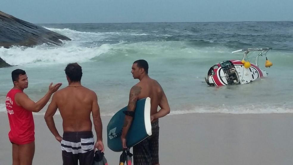Helicóptero amanheceu na areia da praia de Itacoatiara sem as hélices (Foto: Arquivo Pessoal / Lilian Coutinho)