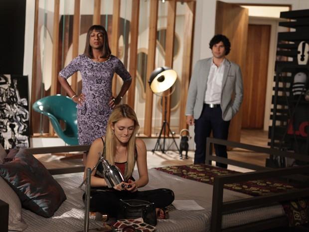 No flagra! Dorothy e Arthur veem Megan se maquiando e acham muito estranho (Foto: Pedro Curi/ TV Globo)