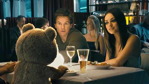 Mark Wahlberg, Mila Kunis e o ursinho de pel&#250;cia protagonista de 'Ted' em cena do longa que estreou em primeiro lugar nos EUA e no Canad&#225; (Foto: AP)
