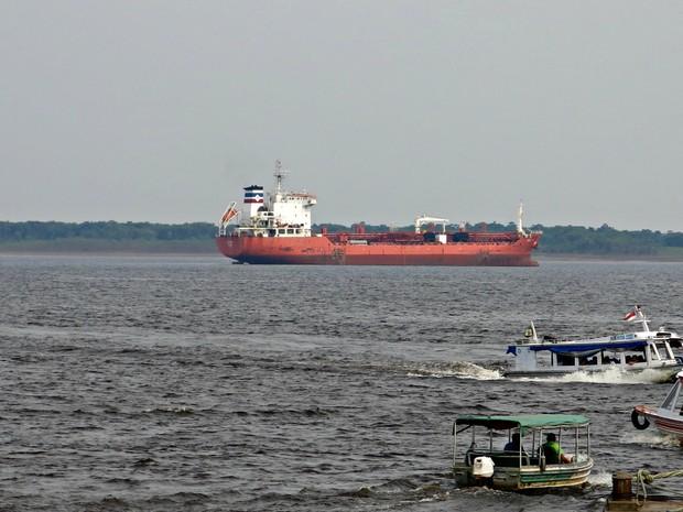 Navio que transporta gás para Petrobras ancorado em Manaus devido à seca do Rio Solimões (Foto: Divulgação/Sindarma)