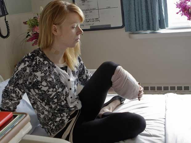 A bailarina Adrianne Haslet perdeu o pé nas explosões durante a maratona de Boston e se recupera em hospital da região (Foto: AP)