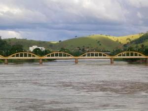 Casal desapareceu no rio Pomba, em Santo Antônio de Pádua. (Foto: Reprodução)