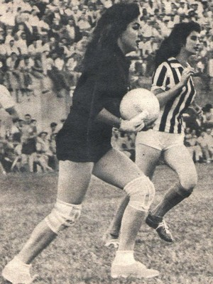 Goleira Eleuza, Pioneiras do futebol feminino de Araguari-MG, Araguari Atlético Clube (Foto: Revista Manchete Esportiva/Reprodução)