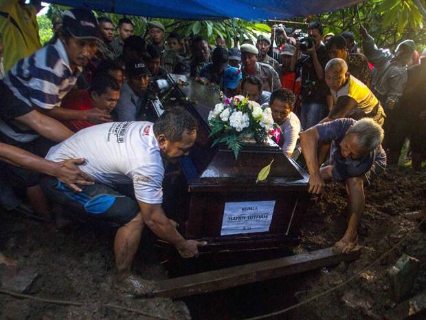 Familiares participam de enterro de Hayai Lutfiah, passageira do voo AirAsia QZ8501 (Foto: Reuters/Sigit Pamungkas)