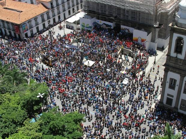"""Servidores da área da segurança pública do Rio de Janeiro realizaram um protesto, na manhã desta terça (8), naAlerj, Assembleia Legislativa do Rio de Janeiro, no Rio, contra o que eles chamam de """"pacote de maldades"""" (Foto:  Johnson Parraguez/Agência O Dia/Estadão Conteúdo)"""