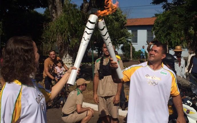 Condutor repassa a chama olímpica em Pires do Rio, Goiás (Foto: Fernando Vasconcelos/ GloboEsporte.com)