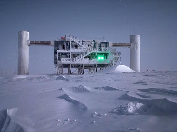 O laboratório do Icecub é iluminado pela luz da lua, na Antártica. (Foto: Divulgação//Emanuel Jacobi/NSF/Reuters)