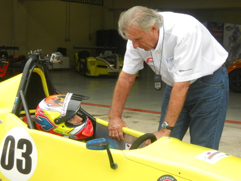 Wilsinho Fittipaldi dá instrução a piloto de Fórmula Vee (Foto: Claudio Larangeira/Divulgação FVee)
