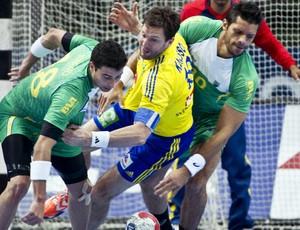Felipe e Gil Vicente marcam o sueco Karlsson no Pré Olímpico de handebol (Foto: AFP)