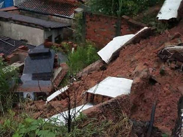 Chuva derruba barranco e faz com que cemitério caisse sobre casas em Maria da Fé (MG) (Foto: Hélio Fortunato)