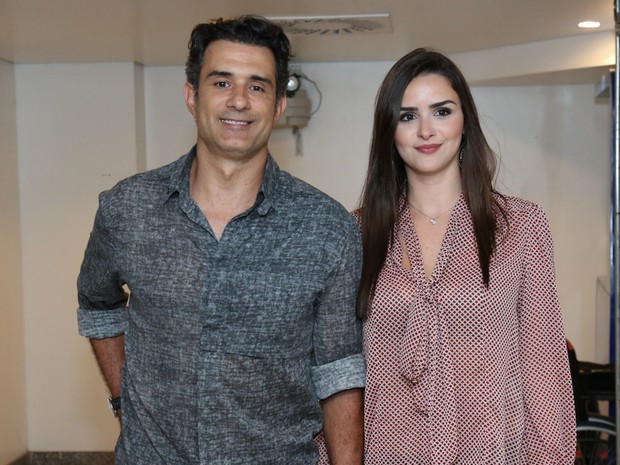 Marcos Pasquim e a namorada, Aline Fernandez, em show na Zona Oeste do Rio (Foto: Roberto Filho/ Brazil News)