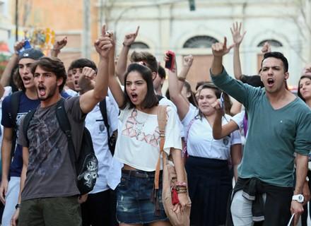 Alunos do Leal fazem manifestação e a polícia interfere