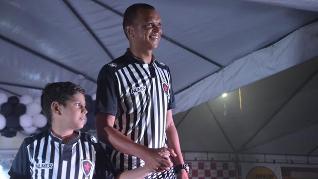 Warley desfilou com o novo padrão do Botafogo-PB para 2017