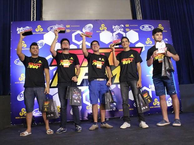Competidores mostram troféus conquistados ao fim do evento (Foto: Ive Rylo/G1 AM)