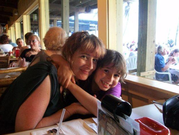 Shira Schiller e seu filho Max, que morreu aos 10 anos (Foto: BBC)