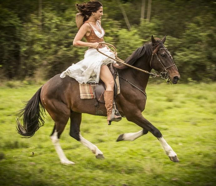 Tereza perde o controle do cavalo e se desespera (Foto: Felipe Monteiro/Gshow)