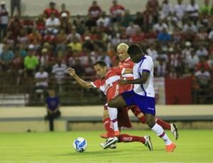 Fernando e Feijão disputam a bola (Foto: Ailton Cruz/ Gazeta de Alagoas)