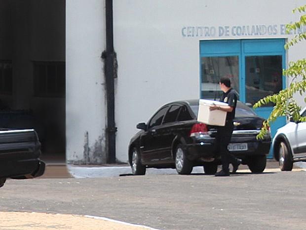 Policiais fizeram a coleta de água em Teresina e levaram para análise (Foto: Ellyo Teixeira/G1)