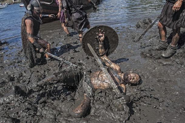 Homem se joga na lama durante festival viking na Espanha. (Foto: Lalo R. Villar/AP)