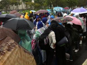 Pela manhã, fiéis esperaram sob chuva na fila para retirada do kit (Foto: Renata Soares/G1)