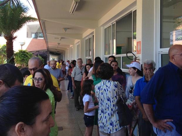 Eleitores formam filas para votar no Colégio Marista, em Goiânia (Foto: Luísa Gomes/G1)