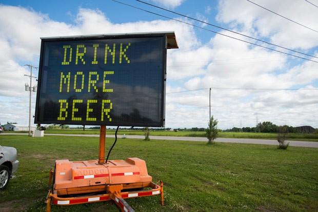 Empresa usou mensagem 'Beba mais cerveja' para vender placa de trânsito (Foto: Yfat Yossifor/The Bay City Times/AP)