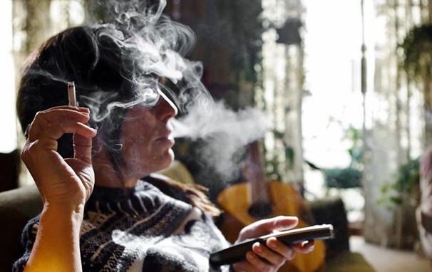 Em 'É Proibido Fumar', Baby (Gloria Pires) tem que terminar seu relacionamento mais duradouro: o com o cigarro (Foto: Divulgação)