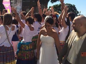 Noivos vão à festival contra redução da maioridade penal após casamento (Foto: Gabriel Barreira/G1)