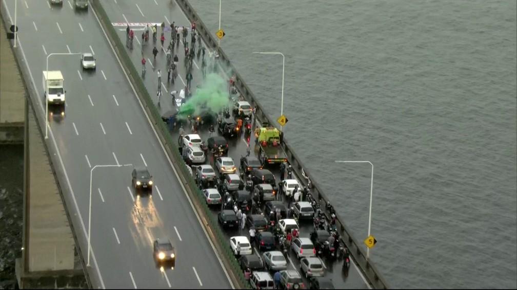 Manifestantes fecham a Ponte Rio-Niterói, sentido Rio, na manhã desta sexta-feira (28) (Foto: Reprodução/TV Globo)