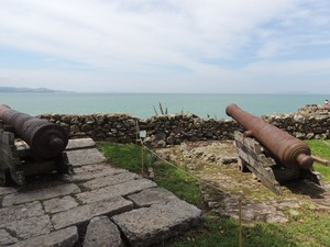 Maior parte dos canhões está cercada com cordas  (Foto: Valéria Martins/G1)