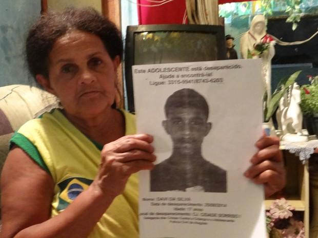 Maria José mostra cartaz feito por viznhos para procurar Davi da Silva (Foto: Waldson Costa/G1)