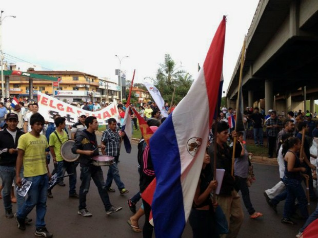 Manifestantes seguem da rodovia internacional para concentração na aduana da Ponte da Amizade, em Ciudad del Este (PY) (Foto: Caio Vasques / RPC TV)