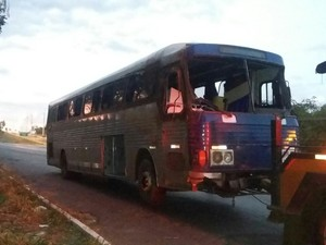Ônibus foi apreendido por fazer transporte interestadual irregular de passageiros (Foto: PRF/Divulgação)