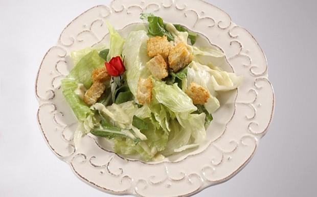 Cozinheiros em Ao - Ep. 13 - Obrigado, famlia - Salada ceaser do Eduardo (Foto: Reproduo/ GNT)