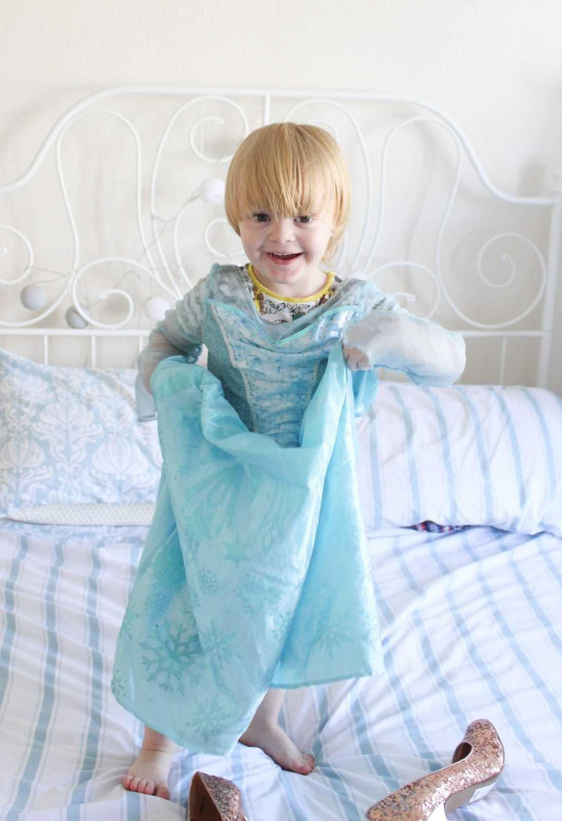 Noah vestido de Elsa (Foto: sparklesandstretchmark)