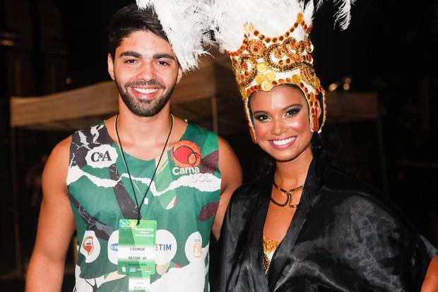 Aline Dias e o namorado (Foto: Anderson Barros / EGO)