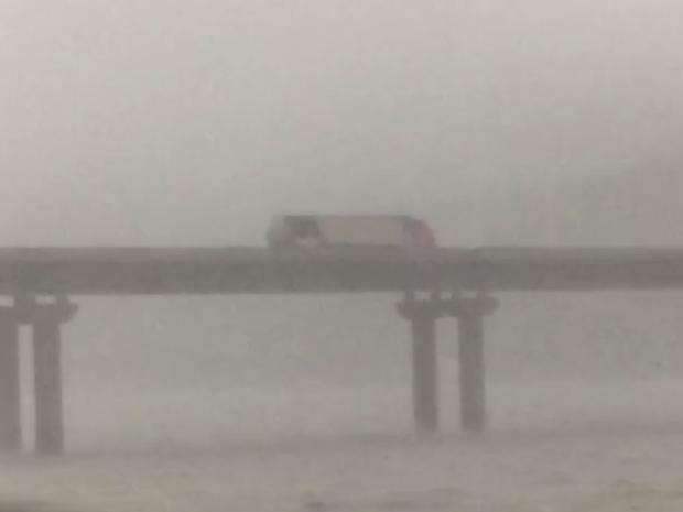 Caminhão tombou sobre a Ponte de Laguna neste domingo (16) (Foto: Reprodução/RBSTV)