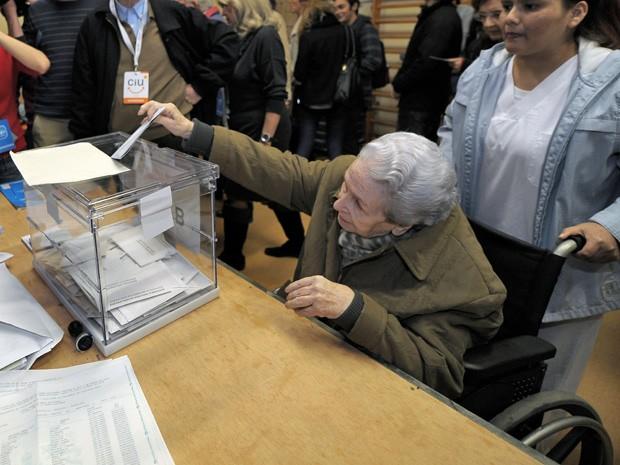 Idosa vota durante eleições para o Parlamento da Catalunha (Foto: Luis Gene/AFP)
