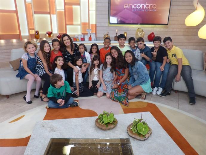 Crianças que participaram do programa com a apresentadora  (Foto: Tiele Nicolini/Gshow)