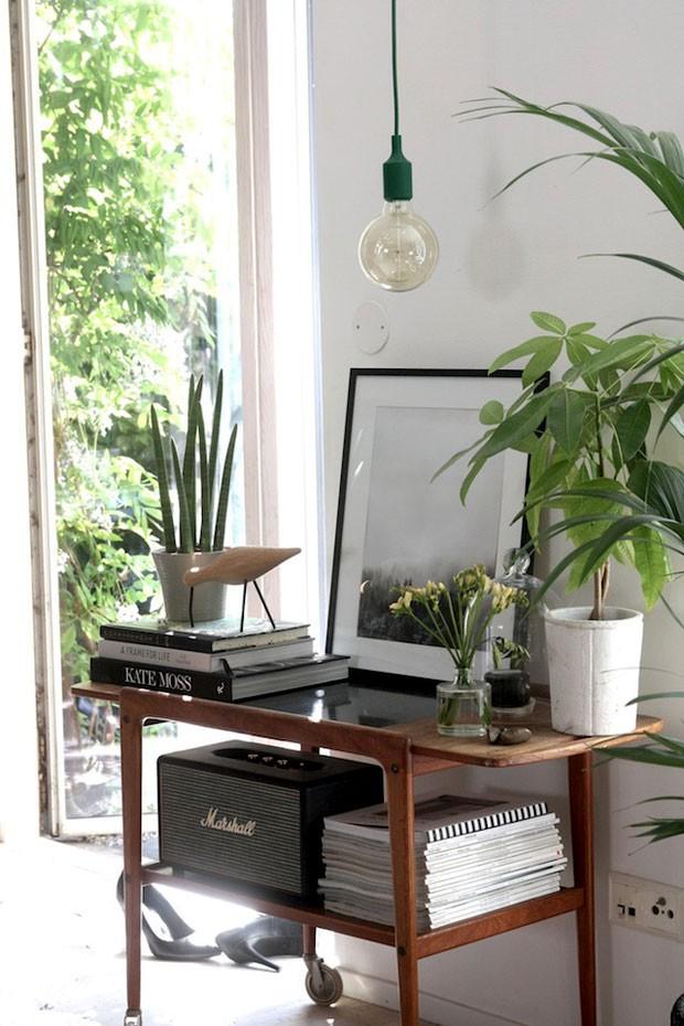 A entrada natural de luz é favorecido no estilo. Além disso, uma dica de Niki é inserir, com cuidado, pontos de cor pela casa. O pendente verde trouxe charme e graça ao ambiente (Foto: Divulgação)