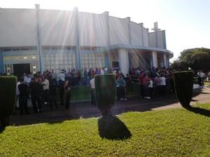 Uma multidão aguarda o início do velório coletivo na Igreja Nossa Senhora do Rosário em Rondinha, no norte do Rio Grande do Sul. (Foto: Fábio Lehmen/RBS TV)