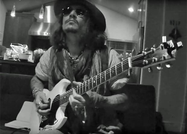 Johnny Depp toca guitarra nas gravações do Hollywood Vampires (Foto: Divulgação)