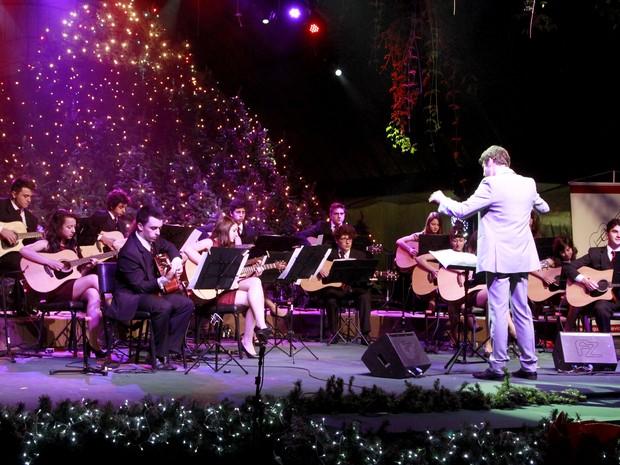 Orquestra se apresenta na Rua Coberta durante Natal Luz de Gramado (Foto: Cleiton Thiele/Divulgação)