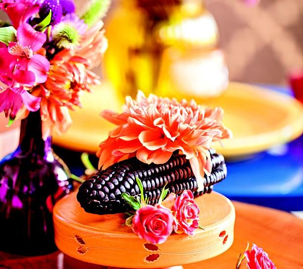 Diferentão: o milho roxo peruano virou protagonista nesse lindo arranjo com flores. Você também pode aproveitar frutas e legumes para criar enfeites coloridos e supercriativos!  (Foto: Elisa Correa/Editora Globo)
