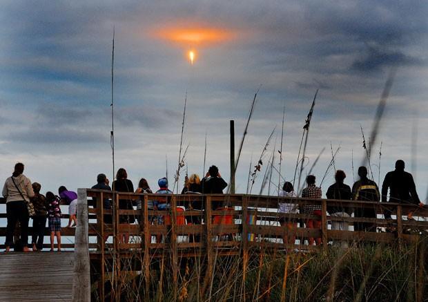 Pessoas que estavam próximas a Cabo Canaveral acompanham lançamento do foguete Falcon 9, que aconteceu nesta segunda-feira (Foto: Craig Bailey/Florida Today/AP)
