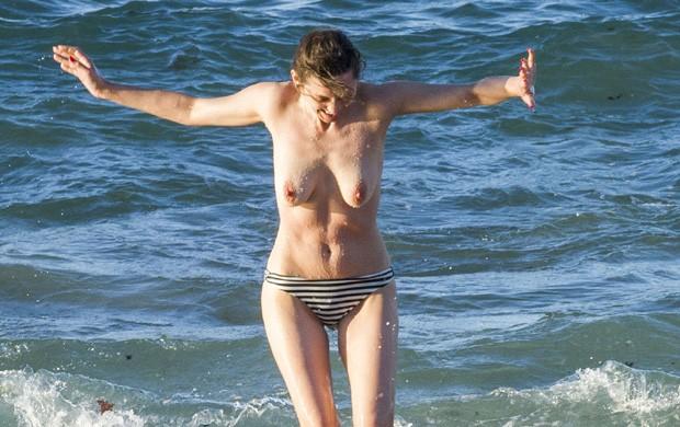 Uau! De topless, Marion Cotillard curte mar da Espanha bem à vontade