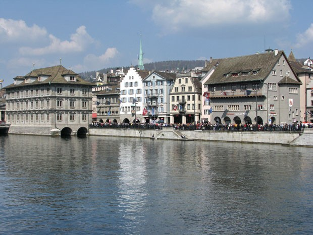 (Foto: Wikimedia Commons / Roland zh / http://commons.wikimedia.org/wiki/File:Z%C3%BCrich_-_M%C3%BCnsterbr%C3%BCcke_-_Rathaus-Haue-R%C3%BCden_IMG_0281.JPG )